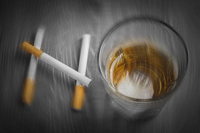 Алкоголізм та паління: подвійний удар